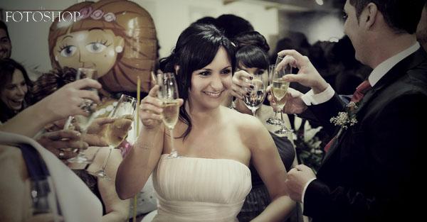 Davinia brindando junto a sus invitados.