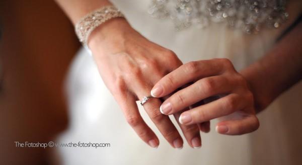 El anillo de pedida se coloca en la mano opuesta a la alianza, según el país será en la derecha o la izquierda.